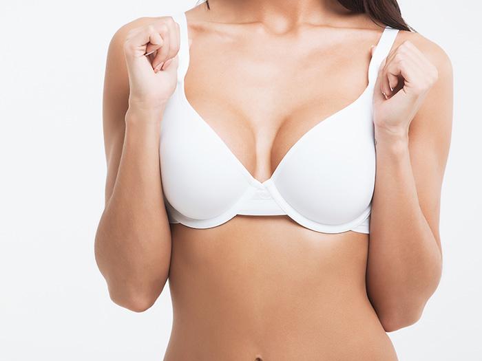 美しく形の整った乳房